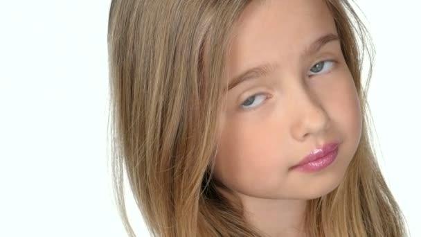 Tizenéves lány szőke mosolyogva, és pózol a fehér háttér, lassú mozgás