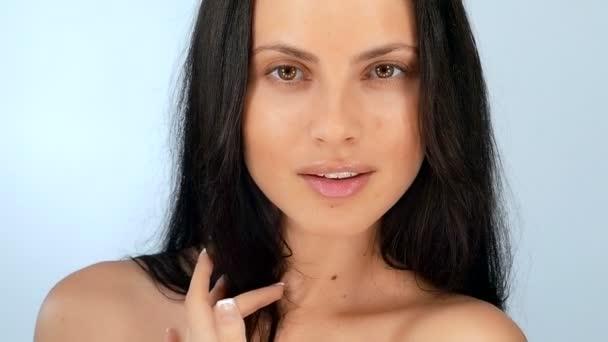 Szép szexi fiatal lány flörtöl, lassú mozgás