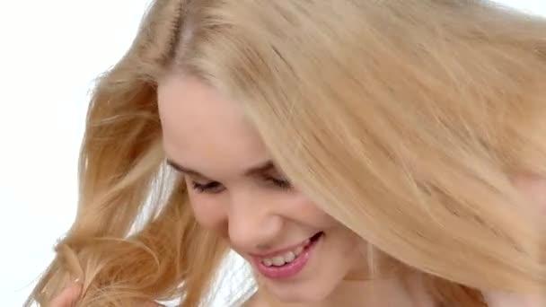 Fiatal szexi szőke lány pózol és flirtin