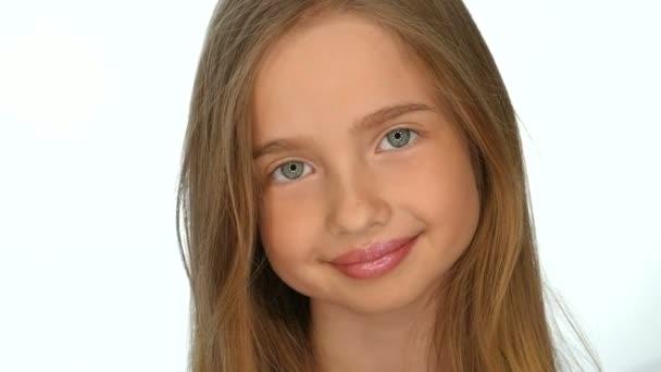 Teenager-Mädchen Blondine lächelt und posiert auf weißem Hintergrund, Zeitlupe