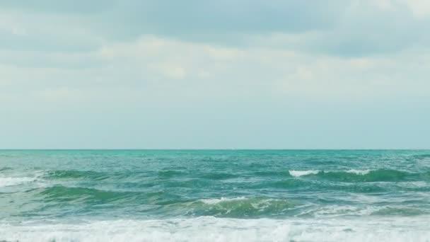 A hullámok a tenger és a felhők