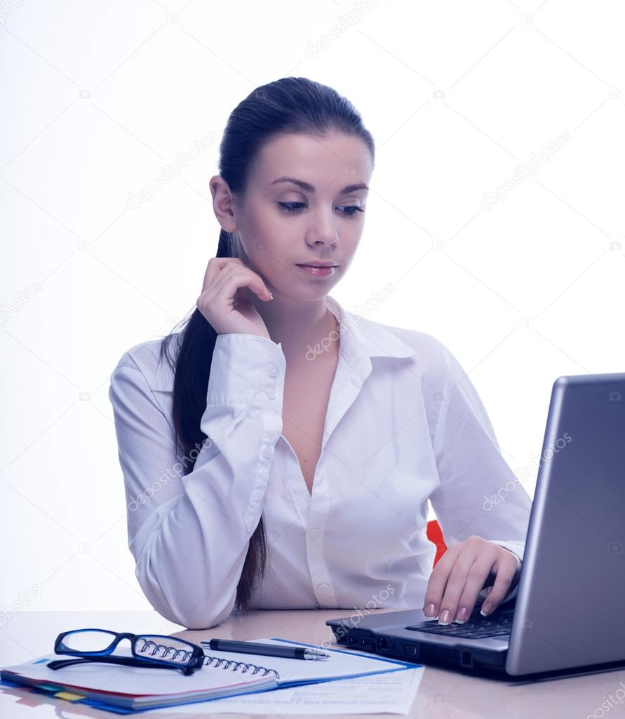 brunette sekretarin fingert sich am schreibtisch