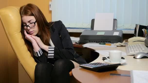 V práci spí žena sekretářka