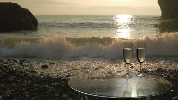 Dvě sklenice blízko moře