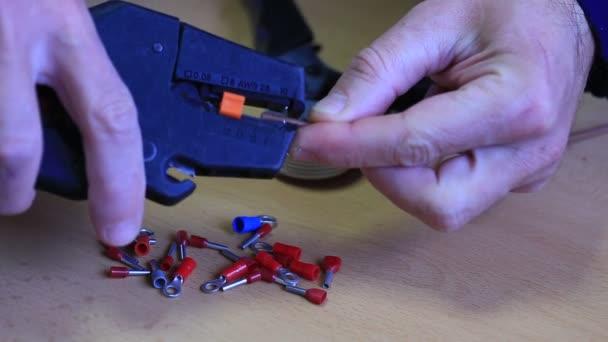Elektrikář, práci s kabely a konektory