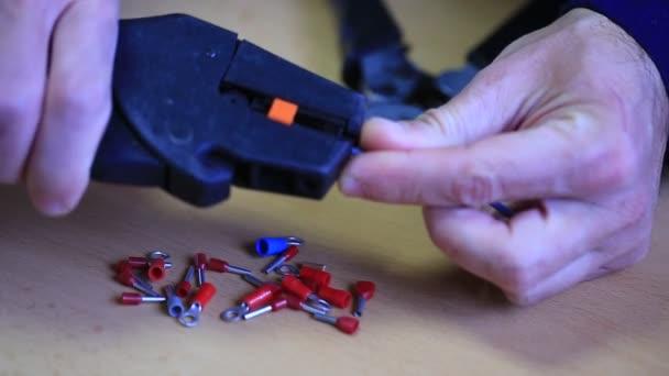 Elektriker arbeiten mit Kabel und Stecker — Stockvideo ...