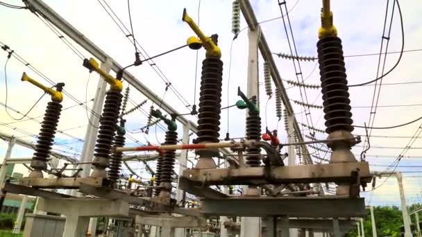 Zemnící konektor v elektrických rozváděčů vysokého napětí