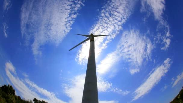 Wind Stromerzeuger am blauen Himmel