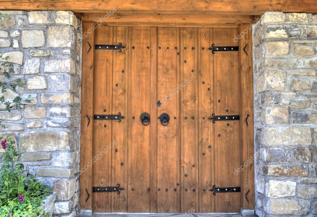 Stylowe Drewniane Drzwi Z Metalowe Ozdoby Na Sciany Kamienne