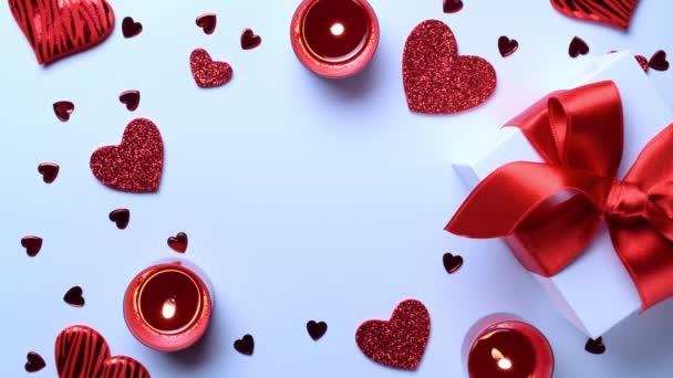 Láska pozadí: Valentýna červená srdce, romantické dárkové krabice, svíčka na bílém stole. Romantická šablona se vzorem pro kopírování. Byt ležel, horní pohled, kopírovací prostor