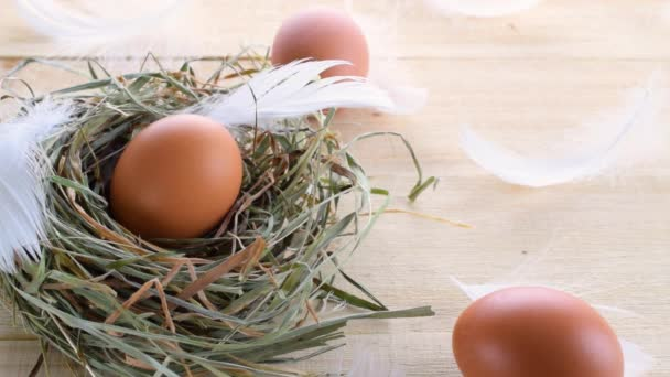 Húsvét szimbólum. Természetes színű tojás kosárban tavaszi tulipánnal, fehér toll fa asztal háttér Boldog Húsvéti dekorációt. Húsvéti lapos formatervezés
