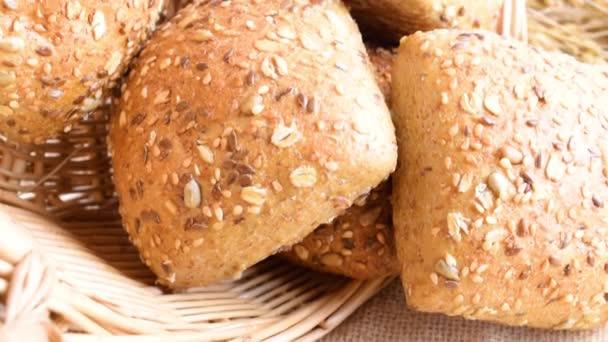 Rustikální žito. Čerstvý bochník rustikálního tradičního chleba s pšeničným zrnitým uchem nebo špičatou rostlinou na lněném pozadí. Pekárna s křupavými bochníky a drobky. Design prvku pro označení pekařského výrobku