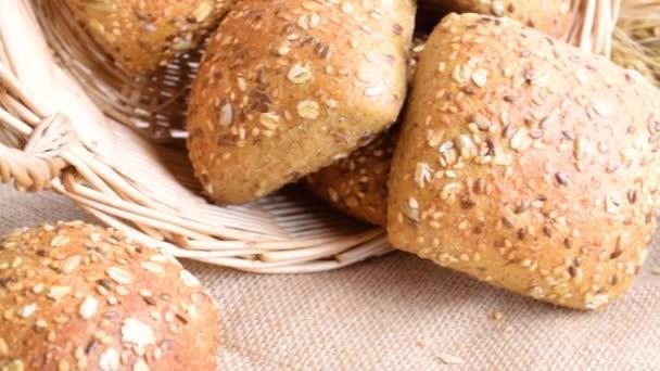 Bagetový chleba. Žitná pekárna s křupavými bochníky a drobky. Čerstvý bochník rustikálního tradičního chleba s pšeničným zrnitým uchem nebo bodcem na přírodním bavlněném pozadí. Koncept - Vaření doma