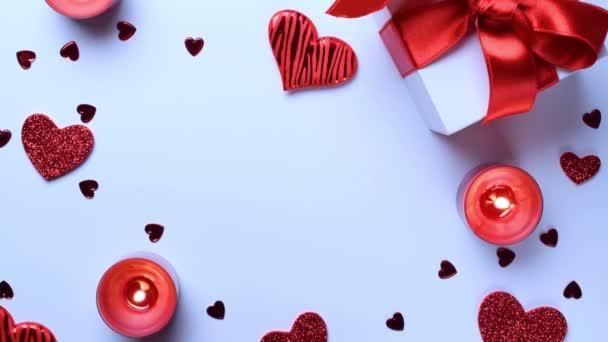 Valentýn dárková krabice, červená láska srdce, romantické svíčky na bílém pozadí. Romantická šablona se vzorem pro kopírování. Top View. Pohled shora