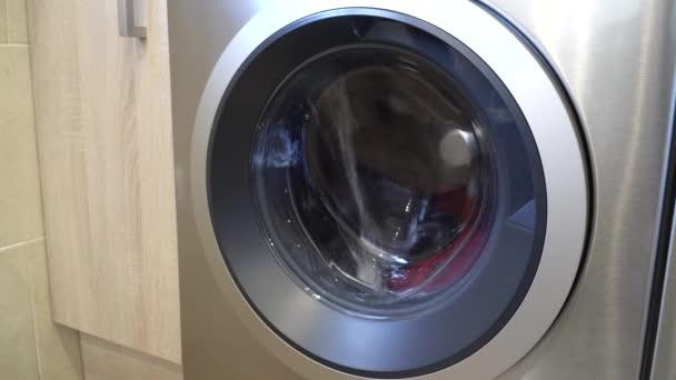 A mosógép behúzza a vizet, és elindítja a mosási ciklust. Mosás ruházat háztartási mosógépben