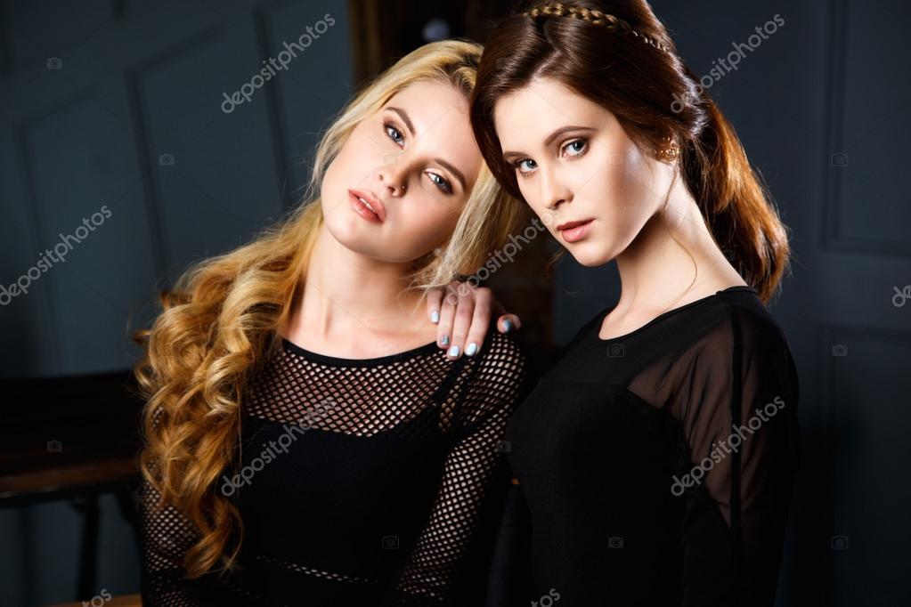 Piękne Bliźniaki Młodych Kobiet W Czarnej Sukienki I Doskonały