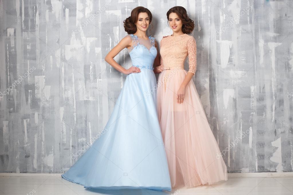 Dos Jóvenes Hermosos Gemelos De Lujo Vestidos De Colores