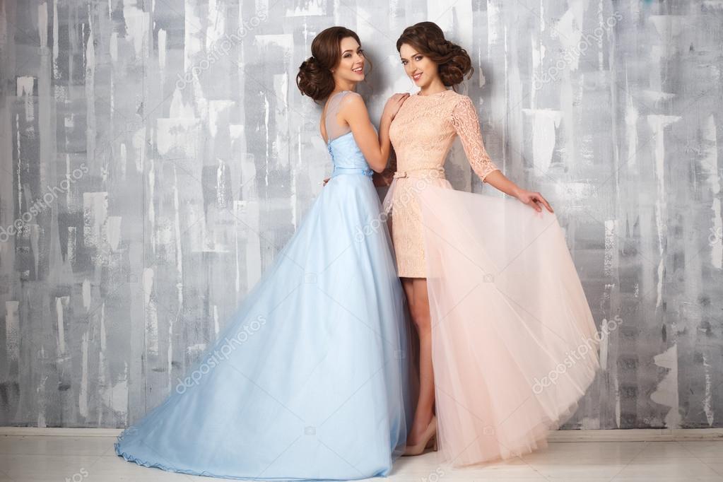 Zwei schöne Zwillinge Junge Frauen in Luxus Kleider, Pastell-Farben ...