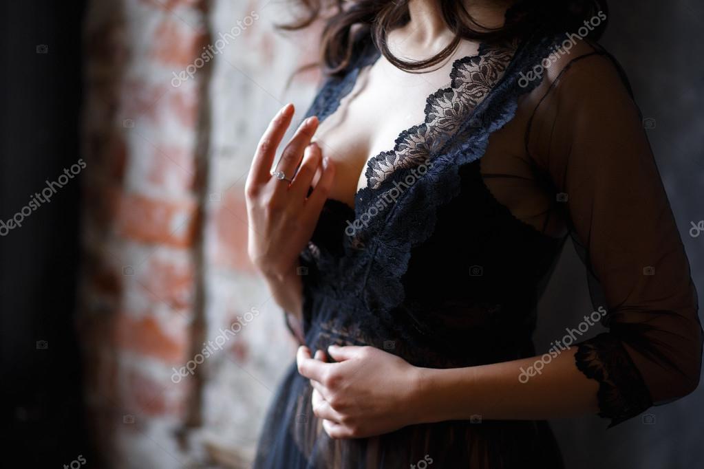 Közelről fotó női mell szexi csipke melltartó és fekete átlátszó negligee–  stock kép a79cbebf65