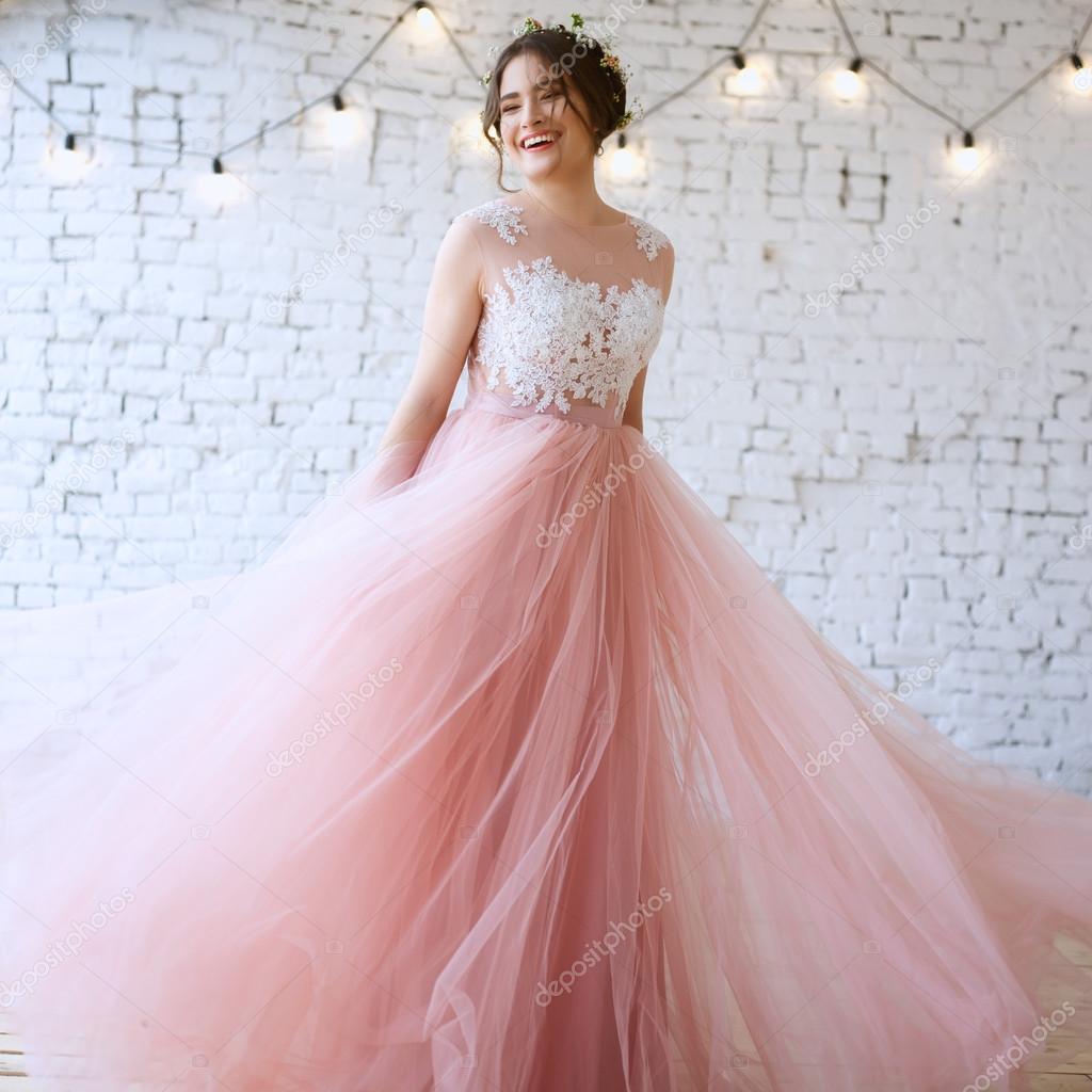 Novia en un vestido de novia Rosa luz tierna en una mañana. Retrato ...