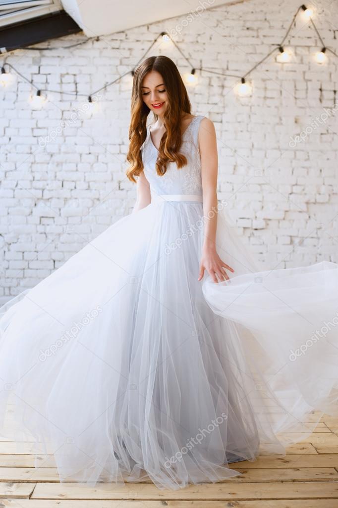 Braut in ein zartes Licht blau Brautkleid an einem Morgen. Mode ...
