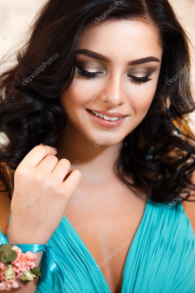 Closeup Portrait Schöne Brautjungfer In Einem Blauen Kleid Mit