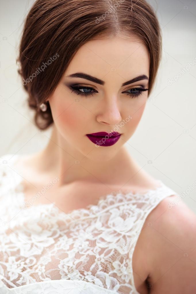 wunderschöne Braut mit Mode, Make-up und Frisur in einem Luxus ...