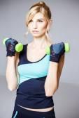 Schöne blonde junge Frau im Sport-Stil