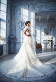 Fényképek Egy gyönyörű barna menyasszony egy luxus esküvői ruha, elegáns drága belső-fotó