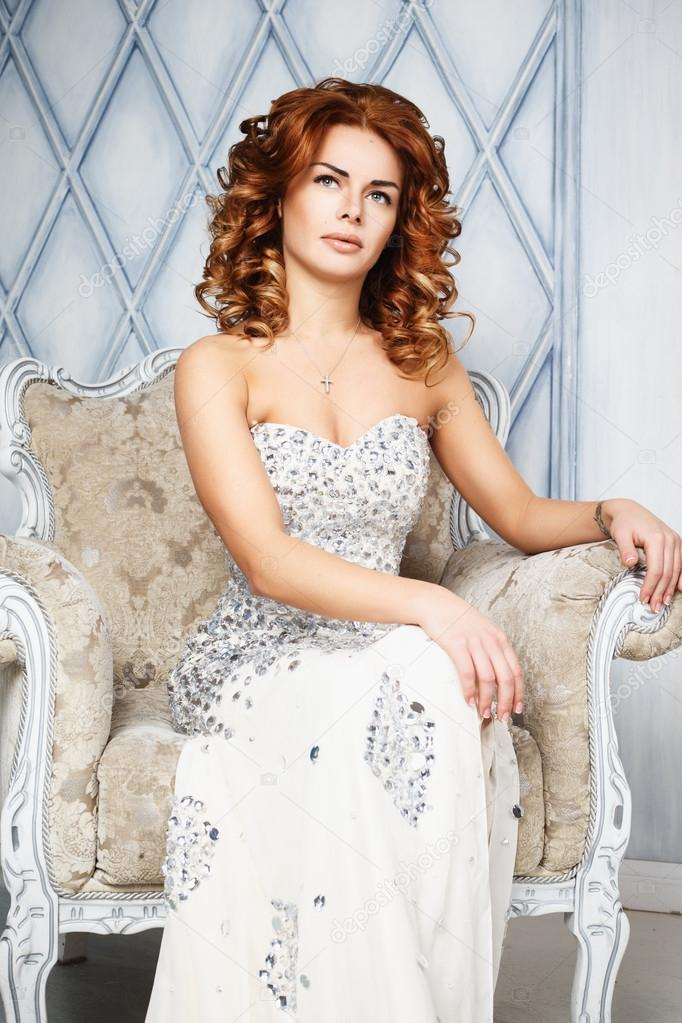 319da0d735d7 Όμορφη μελαχρινή νεαρή γυναίκα στο πολυτελές μακρύ φόρεμα στο ακριβό  εσωτερικό — Φωτογραφία Αρχείου