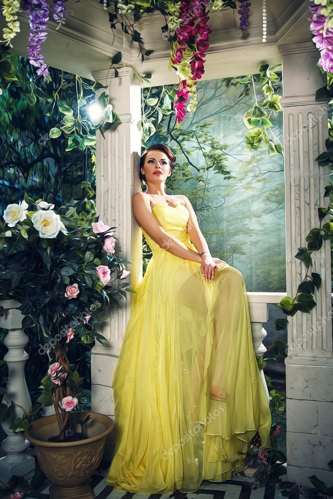 28f2a7293faf Πορτρέτο του όμορφο κομψό νεαρή γυναίκα στο πανέμορφο κίτρινο Φόρεμα  Κουμπάρας... — Φωτογραφία
