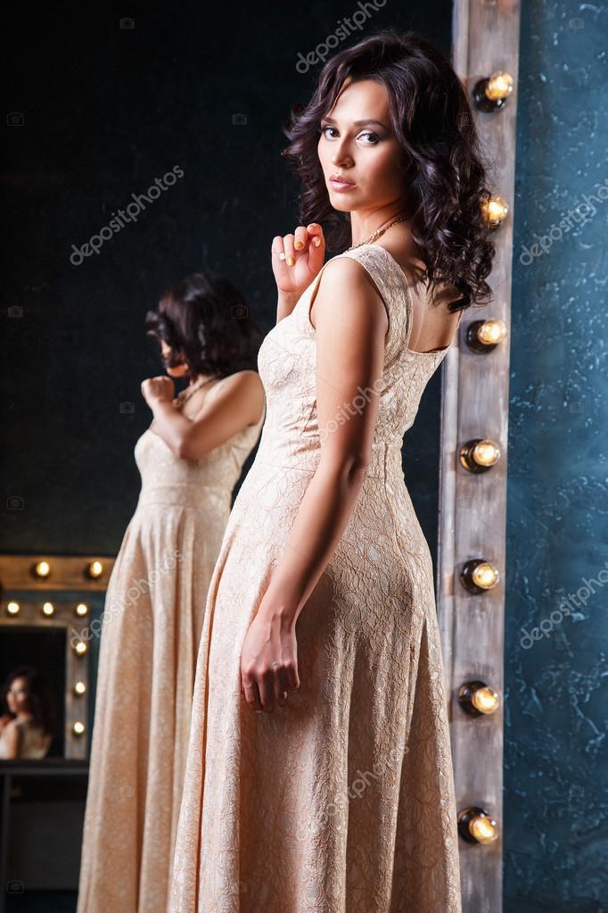 a0106c04c2e5 Πορτρέτο του όμορφο κομψό νεαρή γυναίκα στο πανέμορφο Φόρεμα Κουμπάρας... —  Φωτογραφία Αρχείου