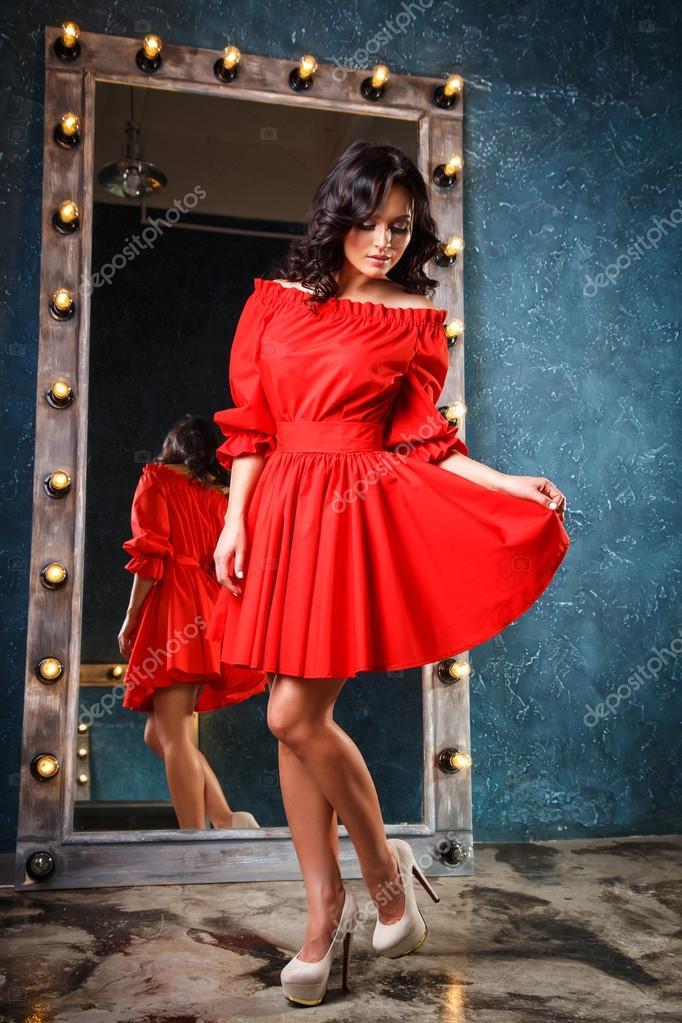 536106fd5bbe Πορτρέτο του όμορφο κομψό νεαρή γυναίκα σε πανέμορφα καλοκαιρινό φόρεμα —  Φωτογραφία Αρχείου