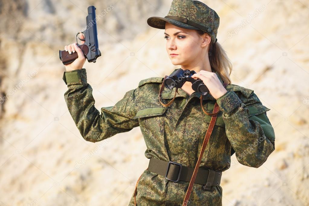 Herrliche Junge Frau In Einem Militär Kostüm Mit Einem Gewehr Auf
