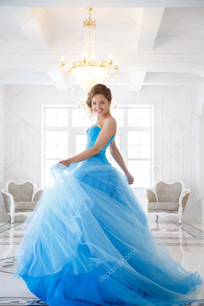 En Una Bella Novia De Magnífico Vestido Azul Estilo Cenicienta kiOPZuTX