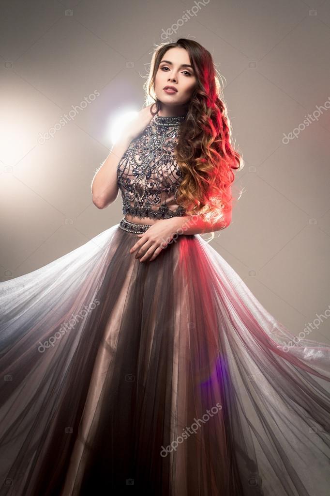 5dc2a4671f1 Moda uroda portret przepiękny młoda kobieta z długie kręcone włosy w ...