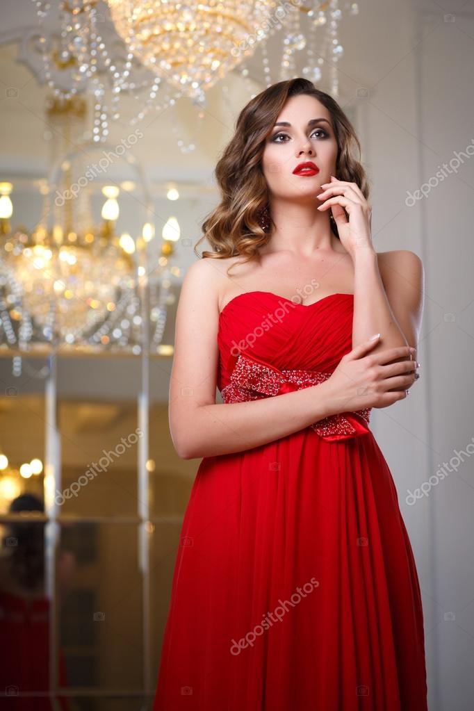 Hermosa Mujer Joven Con Perfecto Maquillaje Y Peinado En