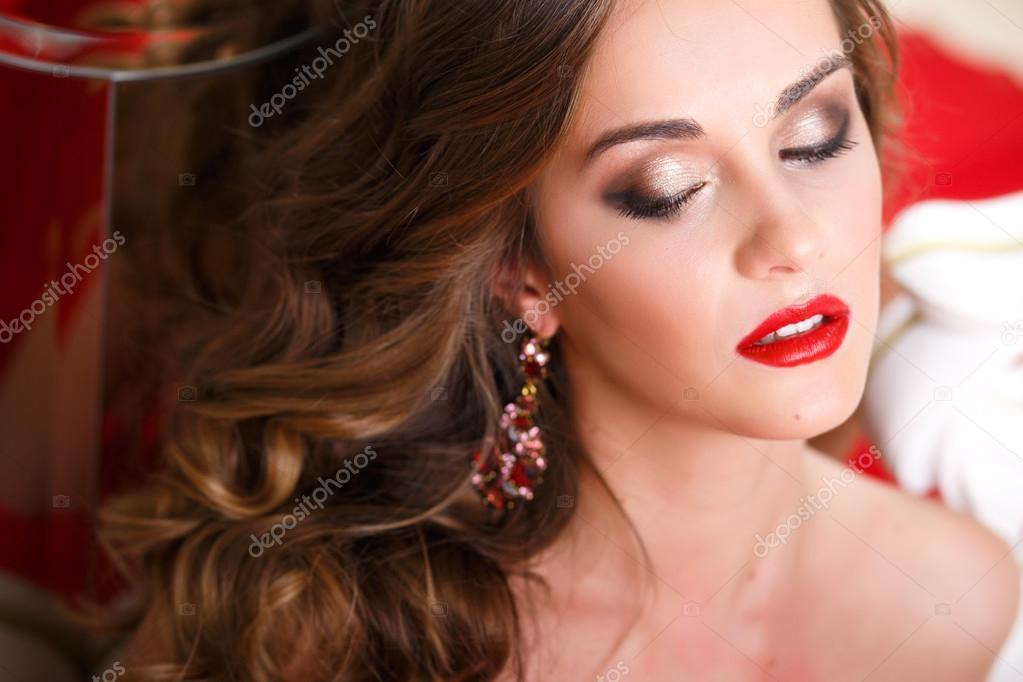 Maquillaje Y Peinado Para Vestido Rojo Hermosa Mujer Joven