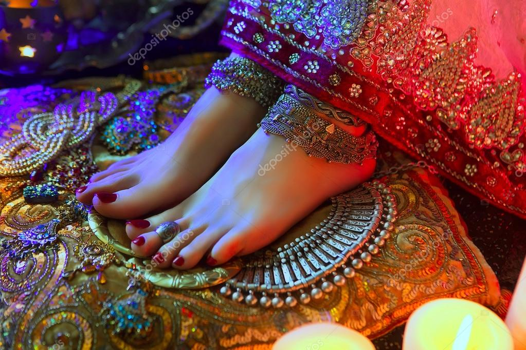 Golden Bridal Oriental Jewelry and Accessories: Female foot with
