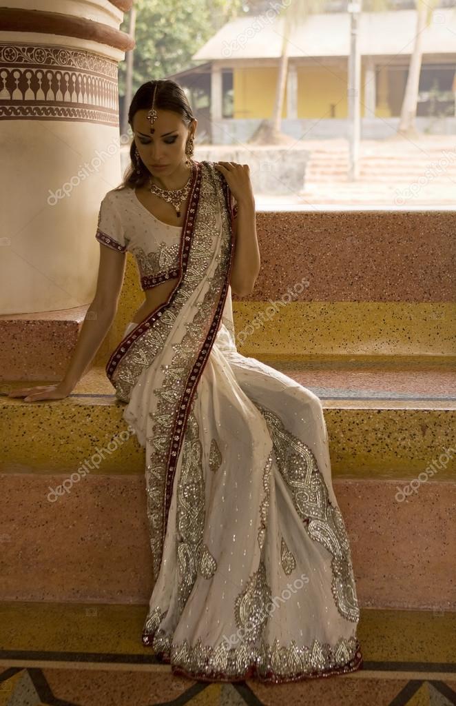 Bellissima giovane donna indiana in abiti tradizionali con for Piani di progettazione domestica indiana con foto
