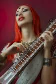Fotografie Schöne Redhead-Frau in der indischen Sari mit orientalischen Schmuck Pla