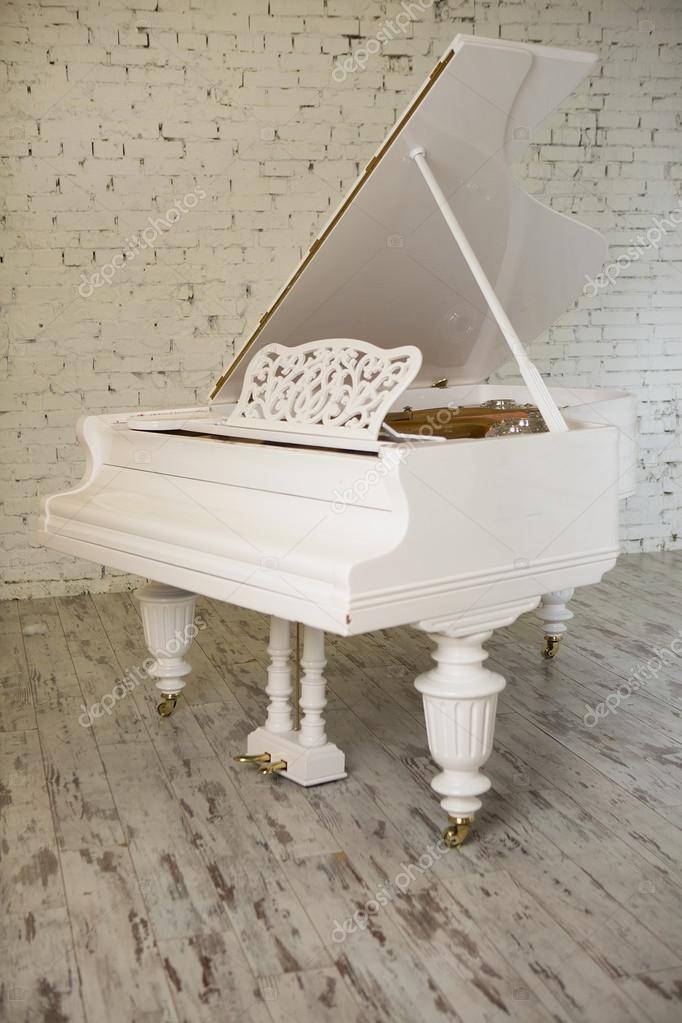 Weißes Klavier In Ein Weißes, Modernes Interieur. Weiß Wohnzimmer U2014  Stockfoto