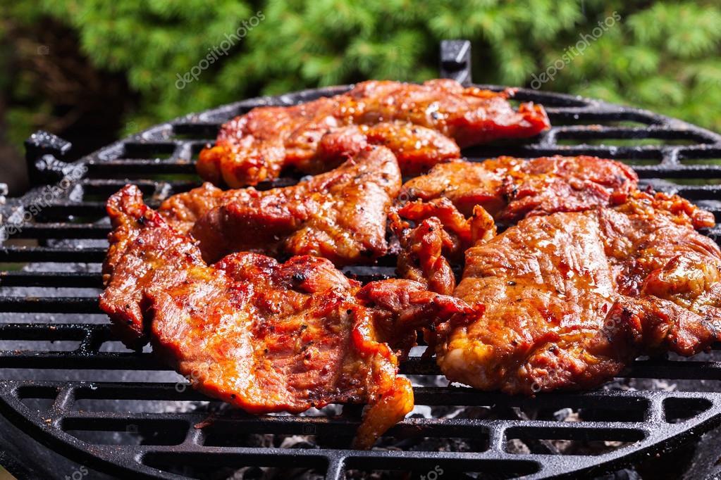 Fotos parrillas de carne asar carne de cerdo en la - Parrillas para asar carne ...