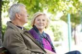 Žena a muž sedí v parku
