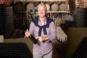 Fotografie vinař, stojící na vinný sklep