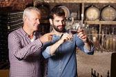 Sommelier vinař a ochutnávka vína