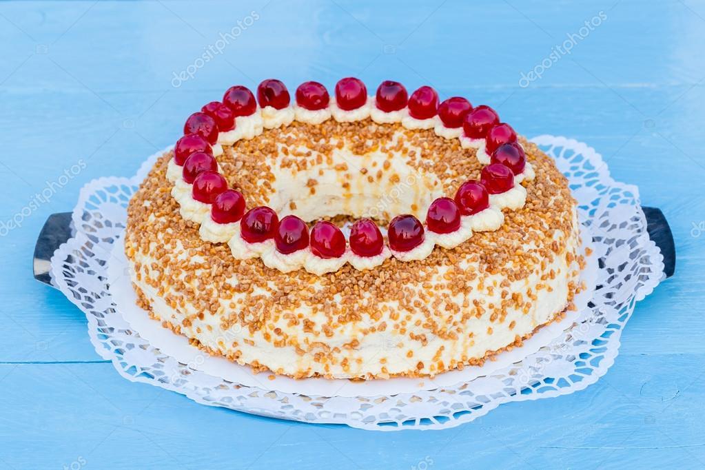Frankfurt Krone Kuchen Mit Kirschen Auf Einem Blau Holz Stockfoto