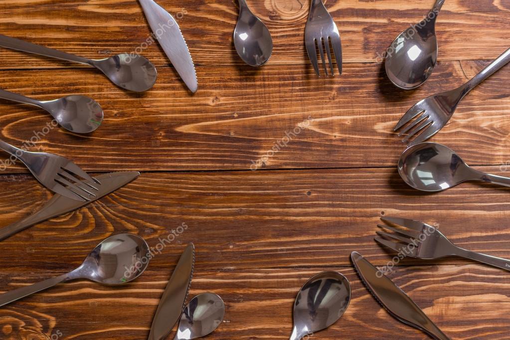 Rahmen auf dem Holztisch von Löffeln, Gabeln und Messer — Stockfoto ...