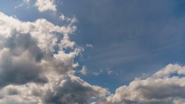 4K uhd nebe timelapse s podivné bílé a šedé mraky formace na modré obloze