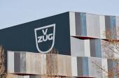 Zug, Švýcarsko - 26. února 2021: Společnost V-Zug AG podepisuje v budově ústředí ve švýcarském Zugu. V-Zug je švýcarský výrobce domácích spotřebičů